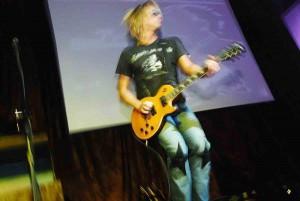 https://www.guitarlessons-atlanta.com/wp-content/uploads/2015/05/guitar-instructor-live-300x201.jpg