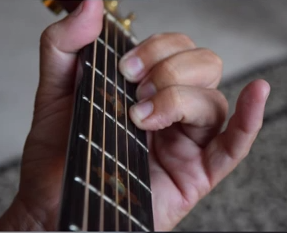 http://www.guitarlessons-atlanta.com/wp-content/uploads/2015/07/guitar-teacher-in-atlanta-shows-guitar-chords.png