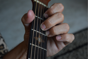 http://www.guitarlessons-atlanta.com/wp-content/uploads/2015/07/jimmy-cypher-chord-instruction-300x200.png